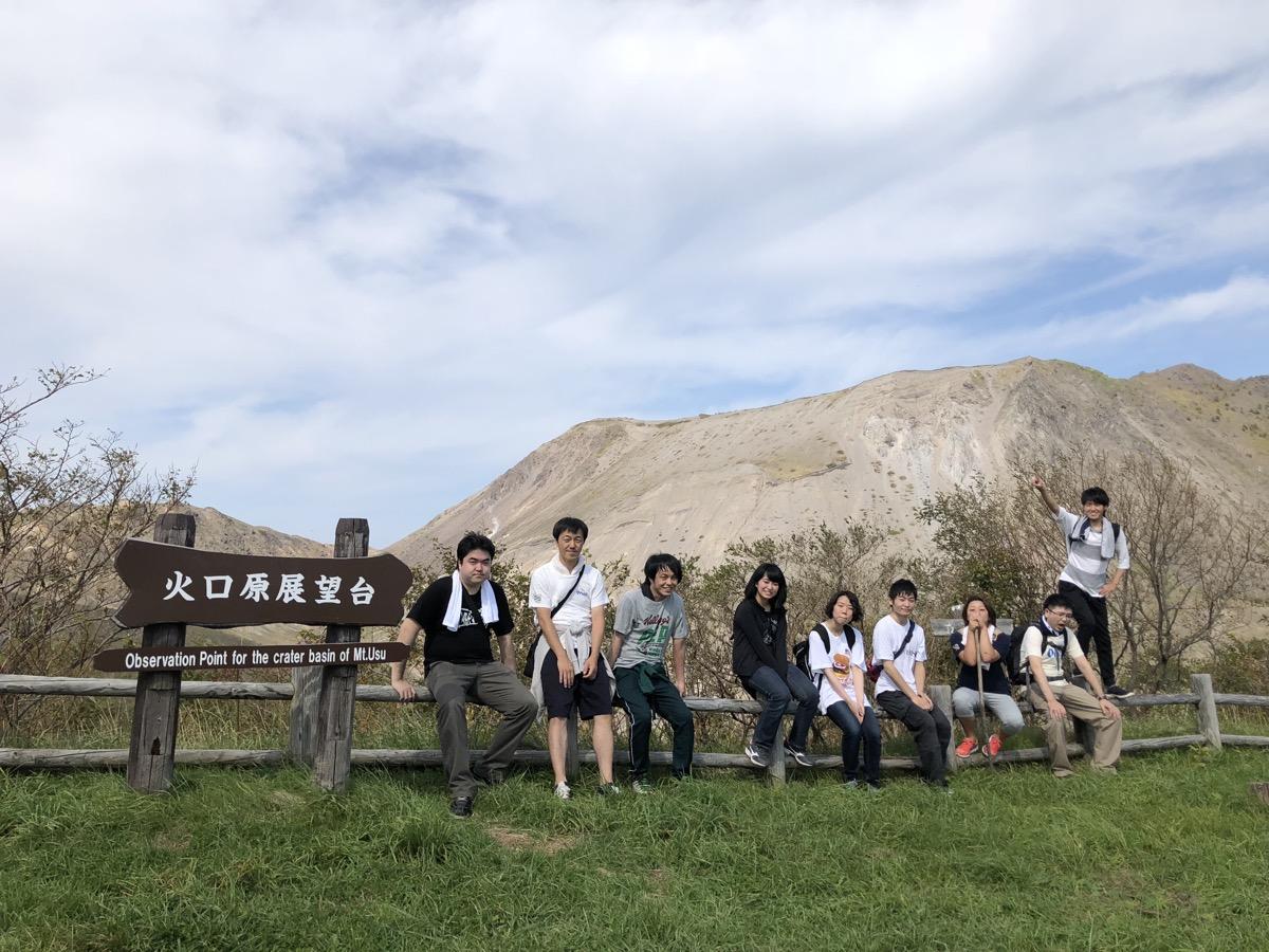 昭和新山火口原展望台での集合写真-観楓会